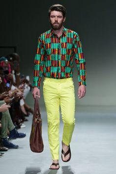 El énfasis en el color y el efecto caleidoscópido de las creaciones de Esnoko se apoderan de la pasarela en la semana de la moda de Sudáfrica