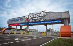 O universo de oportunidades para aprender sobre o passado, presente e o futuro da exploração espacial está prestes a se expandir no Complexo de Visitantes da NASA, situado próximo a Orlando, na Flórida. Já que, a partir de segunda-feira, 14 de junho, entra em vigor a próxima fase de reabertura ao público.