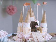 Upean, jäätelöstä rakennetun prinsessalinnan ovi on suklaata ja tornit mansikkatuutteja. Linna koristellaan vaahtokarkein ja keksein ja vartioon asetetaan...