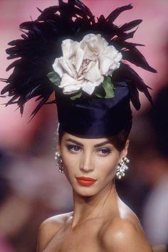 Christy Turlington défilant sur les podiums de la Fashion Week 25