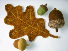 Wool oak tree leaf and acorns Wet Felting, Needle Felting, Felt Leaves, Oak Leaves, Waldorf Crafts, Felt Patterns, Penny Rugs, Nature Table, Wool Applique