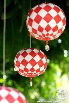 Acredite: com apenas duas folhas de papel colorido é possível fazer estas lindas esferas trançadas e arrasar na decoração de natal! Semana passada descobri o trabalho maravilhoso que a Anna e...