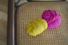 l'occorrente per decorare la sedia a dondolo: due gomitoli di lana dai colori pop