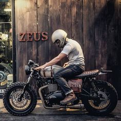 Triumph Mad Max of Zeus Custom. The little leather tool pouch airbox cover!: