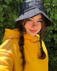 Aesthetic Girl, Aesthetic Clothes, Girls In Love, Cute Girls, Grunge Fashion, Love Fashion, Tumbrl Girls, Daily Street Looks, Yellow Clothes