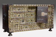Muebles. Magnífica arqueta bargueño de Bargas, siglo XVII en madera de nogal, dorada y de factura impecable en su talla. 129X88X38cm