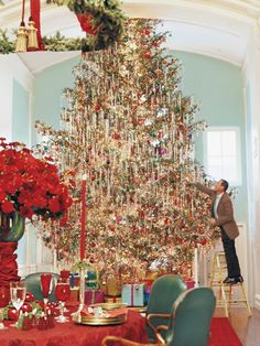 Gorgeous, huge Christmas Tree with Dreams of Christmas Past~ Noel Christmas, Merry Little Christmas, Winter Christmas, Christmas Lights, Vintage Christmas, Christmas Decorations, Christmas Tree With Tinsel, Christmas Lunch, Xmas Trees