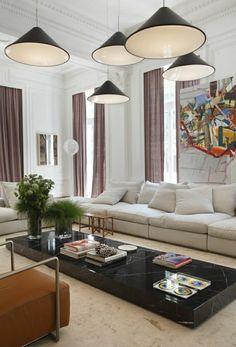 rideaux longs, lustres noirs, salle de séjour, table en marbre blanche, peinture coloré