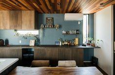 幅いっぱいの造作カップボードとアクセントクロスがおしゃれなダイニング Cafe Design, Kitchen Design, House Plans, Kitchen Cabinets, Dining, Storage, Interior, Table, Room