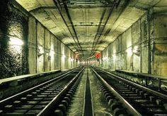 Partes desconhecidas da cidade de Paris. Aqui uma vista dos túneis do metro da cidade numa fotografia panorâmica tirada numa altura onde o metro estava fechado.