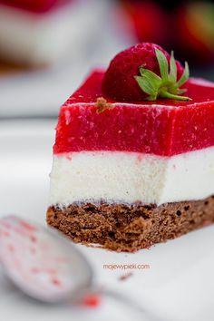 Kuchen mit Mousse von weißer Schokolade und Erdbeeren