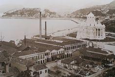 """Um colega meu de trabalho que nasceu no Rio me disse que esse prédio branco à direita da fábrica foi destruído para a construção do metrô. Depois da destruição do prédio, de acordo com ele, descobriu-se que a destruição não seria preciso. Se foi isso que aconteceu, trata-se de um """"assassinato arquitetônico"""" em vão. Um dos mais belos prédios antigos brasileiros que eu já vi. Meu amigo carioca disse que chegou a conhecer esse prédio na infância."""