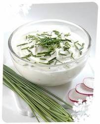 Kruiden-kwark saus (lekker voor bij de bbq!) | Smulweb.nl Vegetarian Recipes, Snack Recipes, Healthy Recipes, Bulgarian Recipes, Bulgarian Food, Sauces, Feta Dip, Pesto, Kitchens