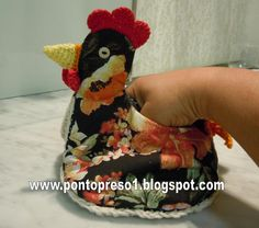 free pattern for chicken! Crochet Potholders, Crochet Hats, V Stitch, Christmas Store, Pin Cushions, Crocs, Bowser, Pot Holders, Sewing Crafts