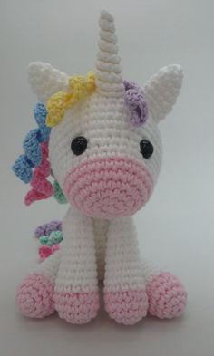 Unicórnio de crochê, ideal para decoração. Feito de fio 100% algodão, enchimento de fibra de silicone e olhos com trava de segurança. Tamanho 15 cm sentado e 20 cm de comprimento
