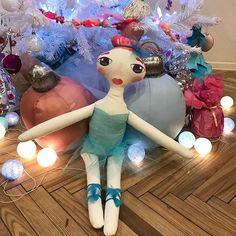 Zinu ka sen neesmu šeit rādījusies biju pilnīgi aizņemta ar manu otro projektu svētku aģentūru @dreamdays.lv man bija daudz ideju ko varētu uztaisīt uz Ziemassvētkiem bet diemžēl nesanāca paspēt visu😏 bet teikšu lielu paldies @monta.naburga par to ka uzaicināja uz tirdziņu savā darbnīcā @ra_da_da_ un es tomēr atradu laiku pabeigt šis lielās lelles kuras līdz Ziemassvētkiem būs atrodamas Skrīveros Montas darbnīcā💕