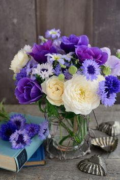 Here's what we found about purple flowers. Read up the info about purple flowers, and learn more about it! Purple Flower Names, Blue And Purple Flowers, Bunch Of Flowers, Fresh Flowers, Beautiful Flowers, Bouquet Champetre, Flower Arrangements Simple, Bridal Flowers, Flowers Nature