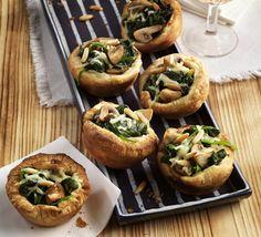 Blätterteigmuffins mit Spinat und Champignons    Backofen auf 190° C Ober-/Unterhitze aufheizen. Blätterteig laut Packungsanleitung vorbereiten. Muffinsformen mit zerlassener Margarine...