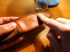 Andrzej Woronowski Custom Knives: [TUTORIAL] How to make a simple leather sheath? Diy Leather Knife Sheath, Diy Leather Holster, Leather Belt Bag, Knife Sheath Making, Knife Making, Knife Holster, Holsters, Diy Leather Projects, Leather Crafts