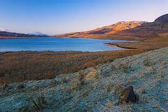 Foto de Loch Leathan na Ilha de Skye, na Escócia.  Parte da Grã-Bretanha Express Travel and Heritage Library Imagem, coleção Escócia.