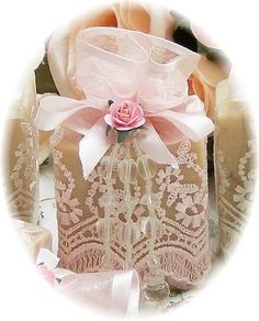 Gift wrapping idea - Add an overlay of lace to a plainly wrapped gift. Creative Gift Wrapping, Creative Gifts, Wrapping Ideas, Wedding Boxes, Wedding Gifts, Wedding Favors, Pretty Packaging, Craft Packaging, Retail Packaging