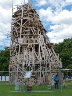 Tadashi Kawamata, Collective Folie, oeuvre participative, Parc de le Villette, Paris, 2013  #workshop #éphémère #abstrait #construction #structure #bois #récupération #entremêlés #élévation #tour