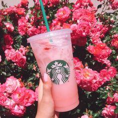 Copo Starbucks, Bebidas Do Starbucks, Pink Starbucks, Starbucks Summer Drinks, Secret Starbucks Drinks, Starbucks Menu, Healthy Starbucks, Fall Drinks, Starbucks Iced Coffee