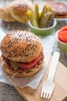 Przepis: Maślane bułki do burgerów - Proste i Smaczne Przepisy Salmon Burgers, Graham, Hamburger, Bread, Ethnic Recipes, Food, Brot, Essen, Baking