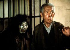Kurosawa filmje a vesztesekről szól, mégpedig a gazdasági növekedés nem kívánt, s okkal rejtegetett veszteseiről. Mintha nem is a szervezett, rendezett, patyolattiszta Japánban lennénk. De ez is Japán, mégpedig a láthatatlan Japán