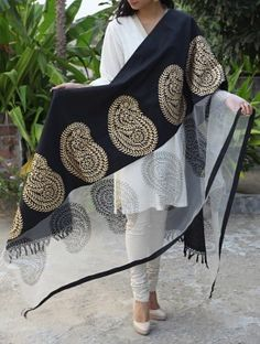 Black Paisley Maheshwari Cotton Silk Dupatta ideal to match with casual outfits Indian Attire, Indian Ethnic Wear, Pakistani Outfits, Indian Outfits, Ethnic Fashion, Asian Fashion, Silk Dupatta, Heavy Dupatta, Desi Clothes