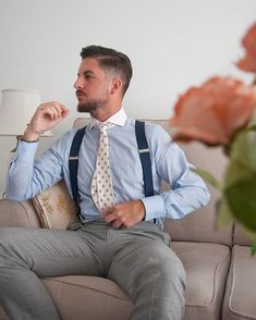 Photo shared by Johnjacar on June 2019 tagging and Image may contain: one or more people and people sitting Sharp Dressed Man, Well Dressed Men, Suspenders Outfit, Tight Suit, Mens Braces, Costume Sexy, Blue Suit Men, Gentleman Style, Gentleman Fashion