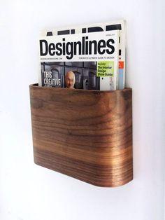 Einfachen und eleganten hölzernen Zeitschriftenständer. Einfach zu installieren und minimalen Platzbedarf und bietet einen schönen Holz-Akzent in