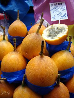 Granadilha Colombiana This is probably my favorite fruit or at least top 5 Exotic Fruit, Tropical Fruits, Granada, Colombian Cuisine, Comida Latina, Juicy Fruit, Latin Food, Fruit And Veg, Fruit Trees