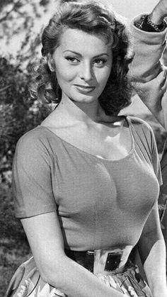 sex symbol and Italian actress Sophia Loren entered a beauty pageant at the age of 14 and then went on to be one of Hollywood's biggest stars. Classic Actresses, Beautiful Actresses, Actors & Actresses, Classic Hollywood, Old Hollywood, Sophia Loren Images, Deneuve, Jolie Lingerie, Italian Actress