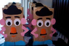 Me encanta esta idea de decorar bolsas para souvenirs como estas de Toy Story.