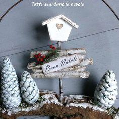 Piccoli paesaggi natalizi realizzati con corteccia, filo di ferro e altri materiali reperibili in casa.