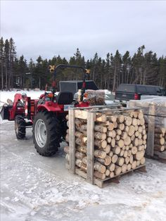 Outdoor Firewood Rack, Firewood Shed, Firewood Storage, Unique Pallet Ideas, Wood Projects, Woodworking Projects, Firewood Carrier, Tractor Accessories, Tractor Attachments
