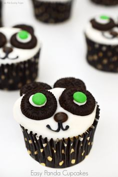 Easy Panda Cupcakes: perfect for a panda-themed party or a Kung Fu Panda movie night. (They have green eyes-like Po!)