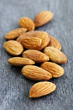 Almonds contain zinc, a key nutrient for maintaining a balanced mood – and have both iron and healthy fats. Healthy fats are an important part of a balanced diet, and low iron levels have been known to cause brain fatigue. Foods For Healthy Skin, Healthy Fats, Healthy Snacks, Healthy Eating, Healthy Recipes, Zinc Rich Foods, Smoothie, Health Desserts, Balanced Diet