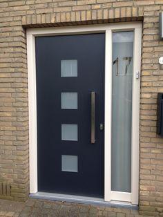 #HBI Kunststof kozijnen met #houtlook  in het voordeur paneel is gekozen voor #melkglas.