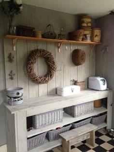 Bijkeuken Country Farmhouse Decor, Farmhouse Furniture, Pallet Furniture, Landry Room, Diy Cupboards, Table Cafe, Cute House, Entryway Tables, Mudroom