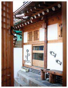 새로운 트랜드! 친환경 웰빙시대-신한옥 인테리어  웰빙과 친환경을 얘기하는 요즘, 한옥이 다시 주목받기 시작하면서~ 주변에 주택들을 한옥으로 리모델링 하는 집들을 종종 볼수 있죠.새로운 트렌드로 자리잡고 있는 한옥.       한옥 인테리어의 공간 활용하기 징검다리 'ㅁ'자형 안마당과 온전한 .. Asian Architecture, Beautiful Architecture, Korean Traditional, Traditional House, Asian Design, Modern Farmhouse Style, Asian Style, Korean Style, Japanese House