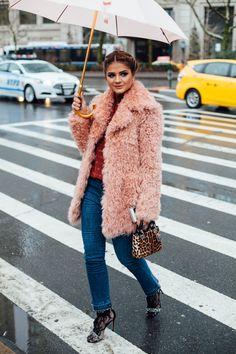 A Semana de Moda de NY acabou de terminar e, como em todas as temporadas, tem um item que se destacou no street style: o casaco de pelo fake multicolorido....