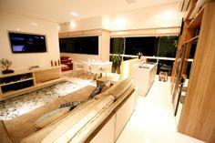 Área social com Sala de tv, cozinha gourmet, sala de jantar, spa. Projeto com sistemas automatizados de abertura de teto, churrasqueira, acesso da porta, iluminação, sonorização e cortinas