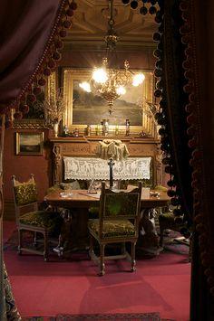 Herreværelset   De rigt udskårne egetræsmøbler i en mellemti…   Flickr Victorian Interiors, Victorian Homes, Victorian Decor, Living Room Setup, Secret Rooms, Bohemian Interior, Romantic Homes, Shop Interiors, Soft Furnishings