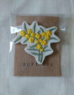 ミモザの刺繍ブローチ