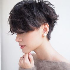 あたたかい季節が近づいてくると、髪を切りたくなりませんか?さわやかなショートヘアに挑戦してみたい…!そんな人も多いはず。ナチュラルなニュアンスのジェンダーレスなスタイルは、はじめてショートヘアに挑戦するあなたにおすすめ。そのままドライするだけで中性的な魅力いっぱいのスタイルが完成するのです。ジェンダーレスな「ショートヘア」を集めてみました◎。