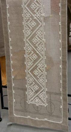 Risultati immagini per Sardinian Knot Stitch Kasuti Embroidery, Beaded Embroidery, Cross Stitch Embroidery, Cross Stitch Borders, Cross Stitch Designs, Cross Stitch Patterns, Hand Embroidery Designs, Embroidery Patterns, Learning To Embroider