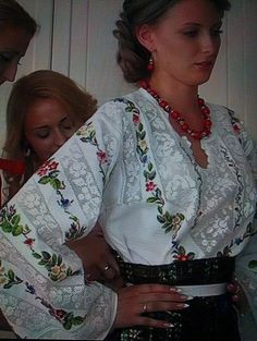 Polish Embroidery, Folk Embroidery, Hand Embroidery Designs, Floral Embroidery, Romanian Girls, Ukrainian Dress, Ukraine Women, Palestinian Embroidery, Mexican Dresses