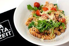 Das sieht doch mal richtig lecker aus! 😋 Rote Linsen Lachs Pasta mit Ruccola und Cocktailtomaten #pastazeit #nudeln #pasta #rotelinsen #rezept #proteinrezept #pastarezept #nudelrezept #vegetarischesrezept #proteinessen #proteinnudeln #proteinpasta #eiweißrezept #vegetarisch #lachs #ruccola #cocktailtomaten #vonnaturausglutenfrei #nachkochen #fitnessrezept #parmesan #schnelleküche #singlekücke #essenfürzwei #gesundesessen #bewusstgesund #essenmitmehrwert #veganenudeln Fusilli, Ethnic Recipes, Fitness, Food, Vegan Pasta, Tomatoes, Salmon Food, Gymnastics, Meal